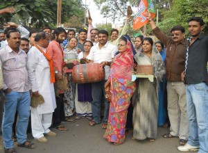 bjp-gives-memorandom-to-sdm-against-lpg-rates-hike-by-congress